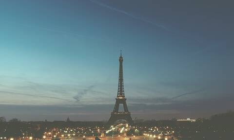 Στο σκοτάδι ο Πύργος του Άιφελ ως φόρος τιμής στον Ζακ Σιράκ