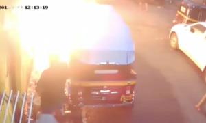 Σοκαριστικό: 20χρονος παίρνει φωτιά από «γυμνό» καλώδιο στο δρόμο