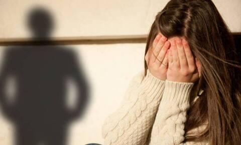 Υπόθεση κακοποίησης 11χρονης στη Φθιώτιδα: Έβαλαν κι έβγαλαν τον δικηγόρο κρυφά από τα Δικαστήρια