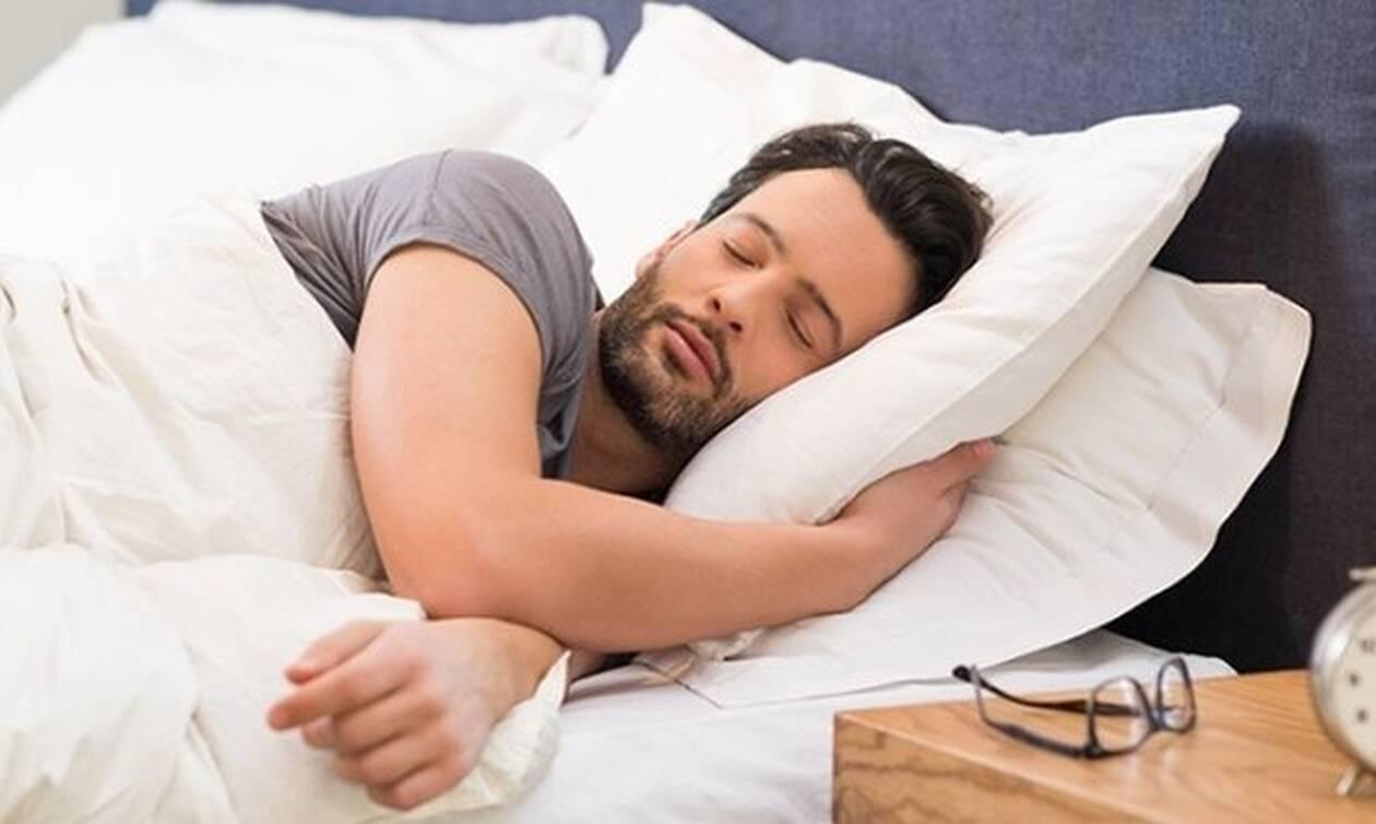 Ποια είναι η σωστή πλευρά για να κοιμάσαι; Δες τι κερδίζεις