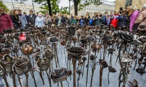 Ατσάλινα τριαντάφυλλα: Αποκαλύφθηκε στη Νορβηγία το μνημείο για τα θύματα της σφαγής του Μπρέιβικ