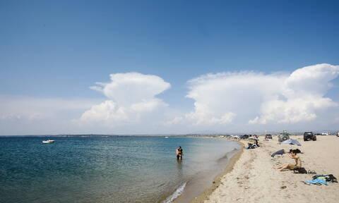 Καιρός: Στις παραλίες για την τελευταία Κυριακή του μήνα - Πότε επιστρέφει το φθινόπωρο (pics)