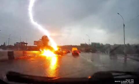 Μη σου τύχει: Δείτε έναν κεραυνό να χτυπά ένα Toyota RAV4 (video)