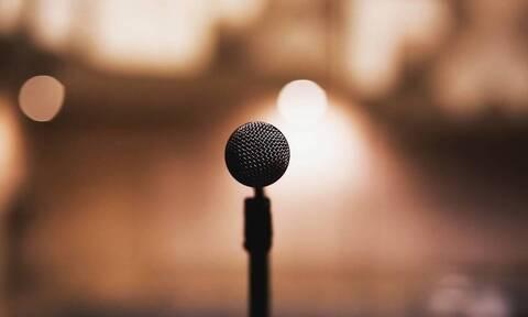 Σάλος: Πασίγνωστος τραγουδιστής ξυλοκόπησε θαυμάστριά του (pics)
