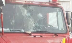 Χάος στη Μόρια: Έσπασαν παρμπρίζ πυροσβεστικού - «Έχουμε γυναίκα και παιδιά» λένε οι πυροσβέστες