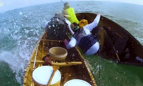 Βίντεο που κόβει την ανάσα: Καρχαρίας επιτίθεται σε ψαράδες!