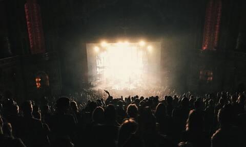 Αγωνία για διάσημο τραγουδιστή: Κατέρρευσε σε συναυλία – Τι συμβαίνει με την υγεία του; (pics)