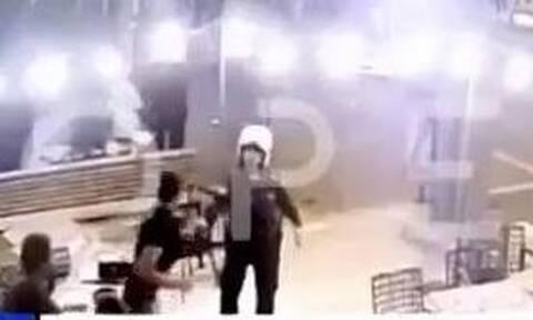 Ντοκουμέντο: Ο ξυλοδαρμός αστυνομικών στη Ν.Φιλαδέλφεια – Τον μαχαίρωσαν δίπλα στην κεντρική αρτηρία