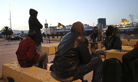 Έφτασαν στον Πειραιά οι 215 μετανάστες από τη Μυτιλήνη