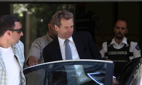 Ο «βαρετός γραφειοκράτης» Τόμσεν επιμένει: Πρέπει να μειωθούν συντάξεις και αφορολόγητο