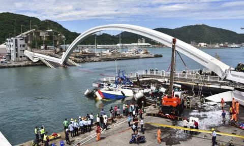 Εικόνες - σοκ: Γέφυρα καταρρέει πάνω σε σκάφη - Φόβοι για θύματα (pics&vid)