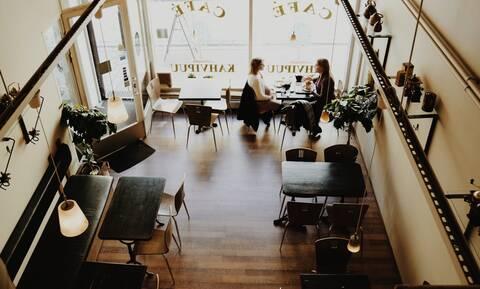 Υπάλληλος σε καφετέρια άνοιξε την τηλεόραση και όλοι «πάγωσαν» με αυτό που είδαν (video)
