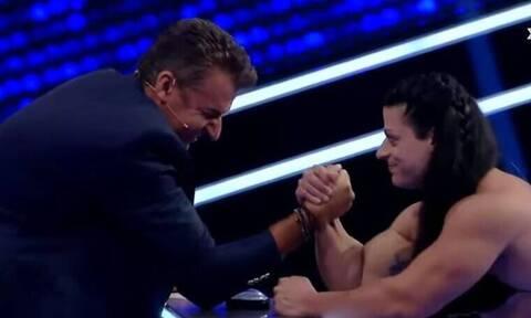 Ο Γιώργος Λιάγκας κάνει bras de fer με γυναίκα και ... ζορίζεται!