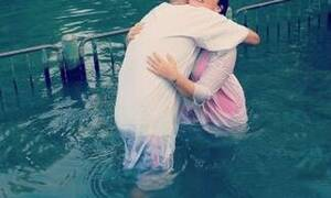 Πασίγνωστη τραγουδίστρια βαφτίστηκε στον Ιορδάνη ποταμό (pics)