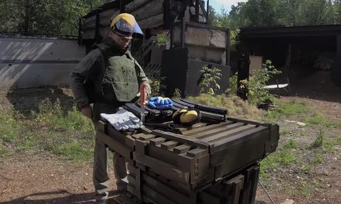 Δείτε πόσες σφαίρες χρειάζονται για να λιώσει ένα Καλάσνικοφ (video)
