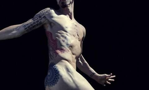 O ποδοσφαιριστής που έπαιξε μπάλα γυμνός! (pics+vids)