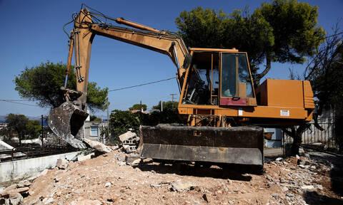 Κατεδαφίστηκαν τα πρώτα «κόκκινα» σπίτια στο Μάτι (pics)