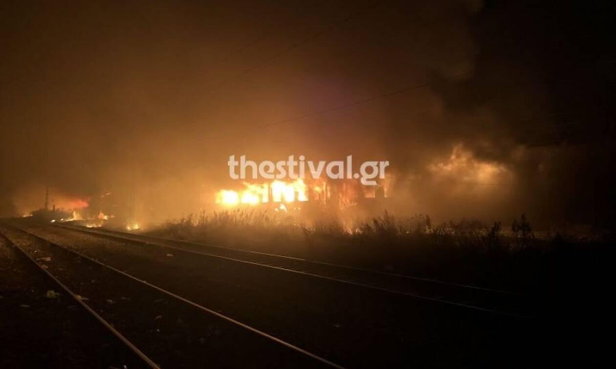 Θεσσαλονίκη: Μεγάλη φωτιά σε βαγόνια του ΟΣΕ - Καθυστερήσεις στα δρομολόγια (pics+vid)
