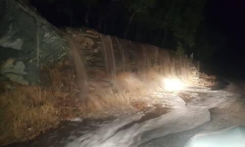 Καιρός ΤΩΡΑ: Η κακοκαιρία χτυπά τις Κυκλάδες - Πλημμύρες σε Σύρο και Άνδρο (pics+vids)