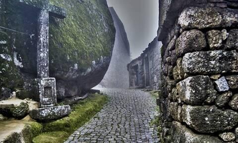 Πορτογαλία: Το χωριό που είναι θαμμένο μέσα σε βράχους