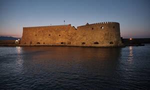 Airbnb: Διακοπές στην Κρήτη σε... σπηλιές λεπρών, με υπαίθριο καφενεδάκι και τζακούζι (vid)
