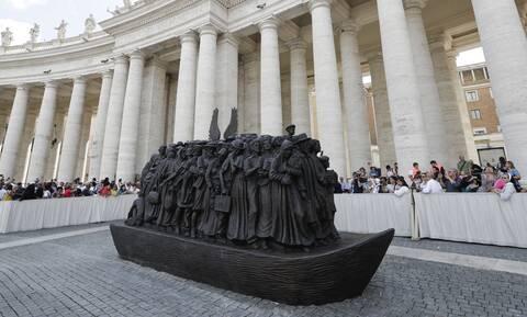 Βατικανό: Ένα γλυπτό για τους πρόσφυγες στην πλατεία του Αγίου Πέτρου (photos)