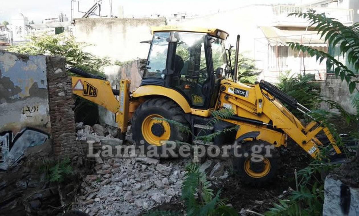 Ξεκίνησε η κατεδάφιση επικίνδυνων σπιτιών στη Λαμία (pics&vid)