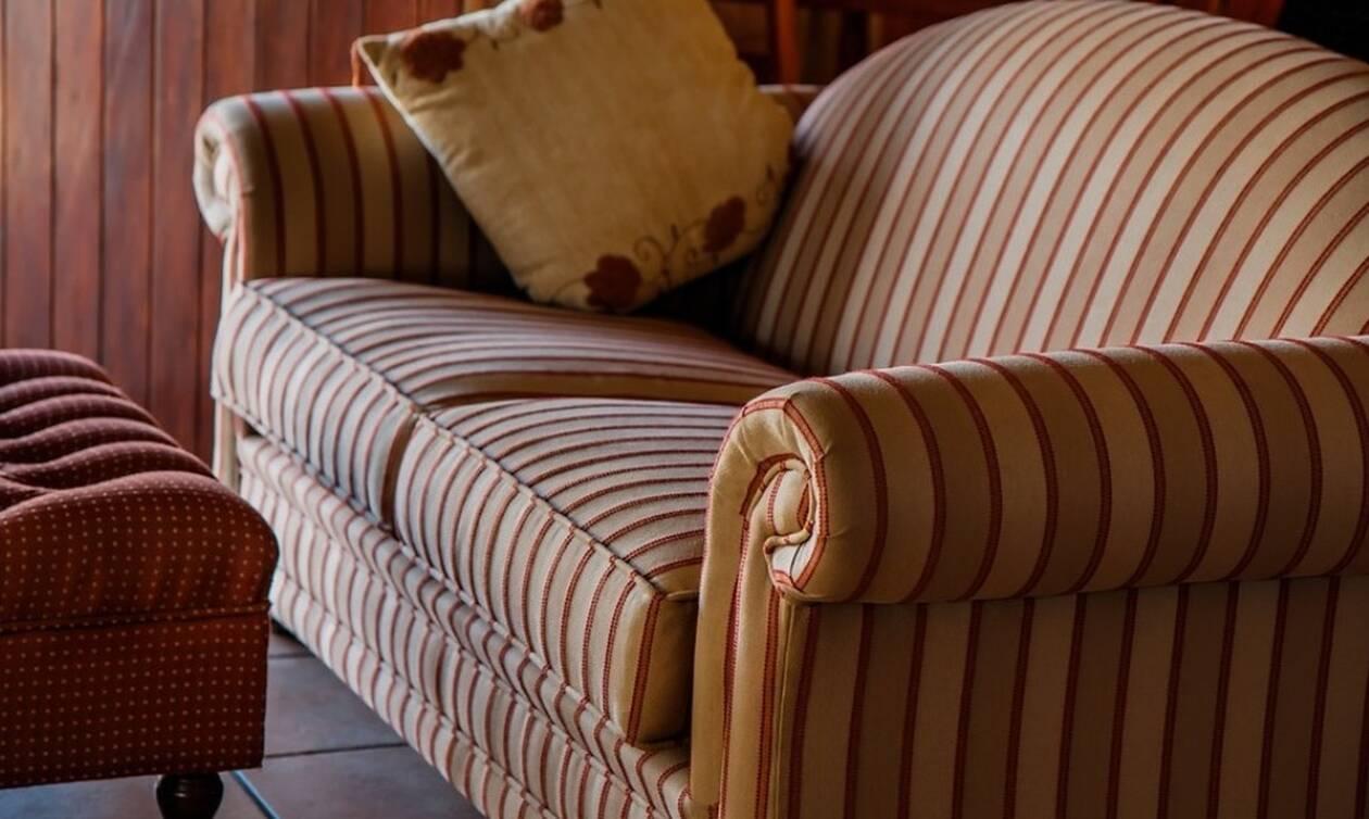 Αγόρασε μεταχειρισμένο καναπέ και βρήκε μέσα «θησαυρό» (pics)
