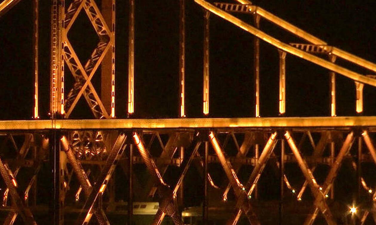 Τρόμος: Γέφυρα καταρρέει πάνω σε δρόμο καταπλακώνοντας αυτοκίνητα - Φόβοι για νεκρούς