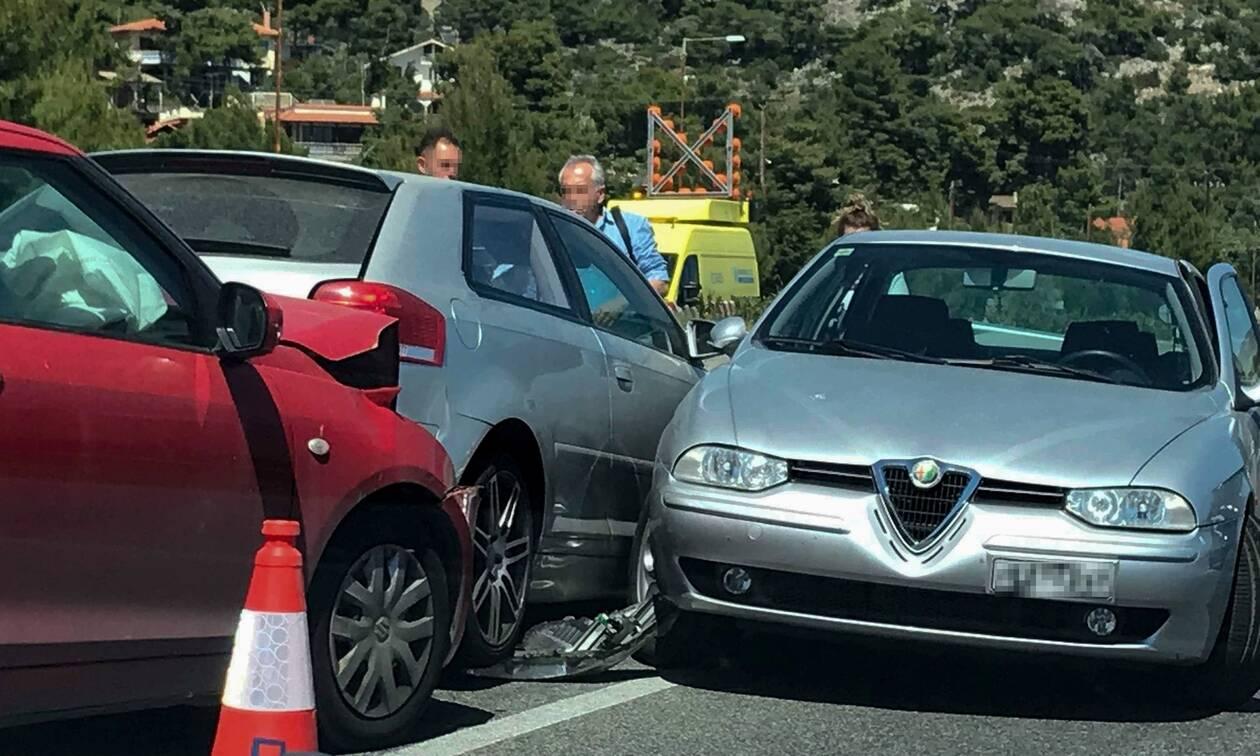 Καραμπόλα επτά αυτοκινήτων στην Αττική Οδό - Κυκλοφοριακό χάος (vid)