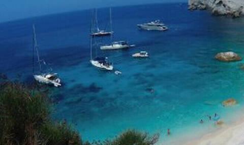 H ελληνική παραλία που έχει κάτι διαφορετικό από τις υπόλοιπες