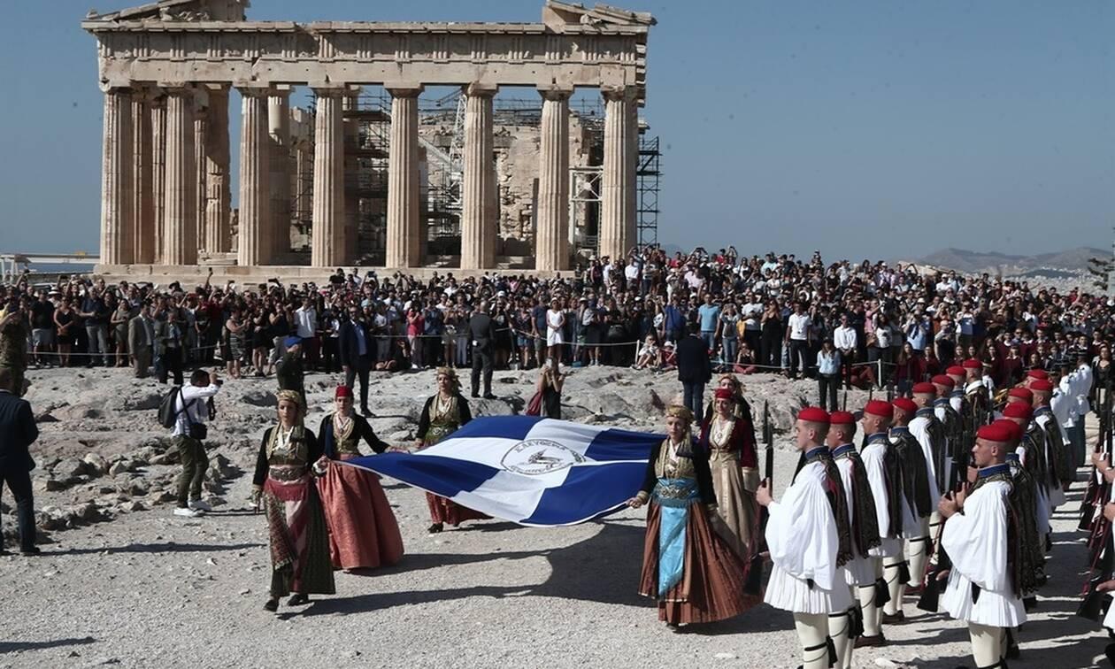 75 χρόνια από την απλευθέρωση της Αθήνας: Η έπαρση της σημαίας στην Ακρόπολη (pics)