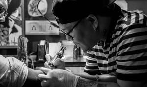 Συγκλονιστικό: Έκανε τατουάζ τον ήχο της φωνής του νεκρού πατέρα της (video)