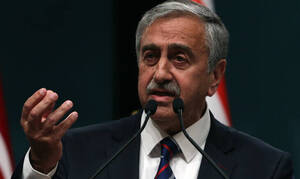 Οργή κατά του Ακιντζί για τις δηλώσεις του για τη Συρία - Θα συζητηθεί η παραίτησή του