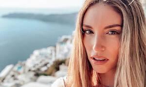 Η Αθηνά Οικονομάκου φοράει μπικίνι στη μέση του Οκτώβρη και μας αφήνει άφωνες