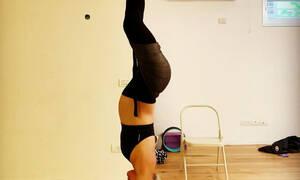 Διάσημη κάνει aerial yoga σε προχωρημένη εγκυμοσύνη (pics)