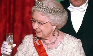 Τι εννοείς; Δεν έχεις ιδέα πόσα ποτά πίνει η βασίλισσα Ελισάβετ κάθε μέρα!