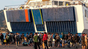 Μυτιλήνη: Κάτοικοι πέταξαν πέτρες και εμπόδισαν το πλοίο OPEN ARMS να δέσει στο λιμάνι