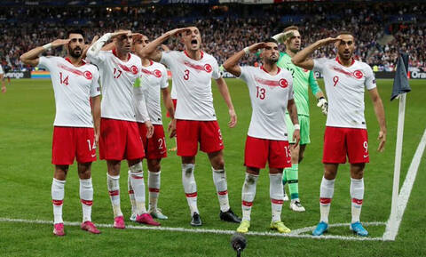 Το… χαβά τους οι Τούρκοι ποδοσφαιριστές, πάλι χαιρέτησαν στρατιωτικά!