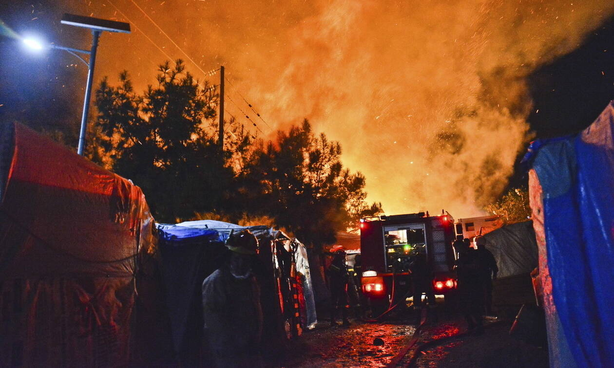 Άγρια νύχτα στη Σάμο: Μαχαιρώματα, ξύλο, φωτιές και τραυματίες - Κλειστά τα σχολεία