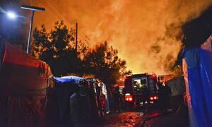 Άγρια νύχτα στη Σάμο: Μεγάλη φωτιά σε καταυλισμό προσφύγων - Βγήκαν μαχαίρια στο κέντρο της πόλης
