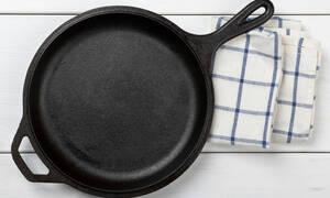 Ο τρόπος να καθαρίσετε τα καμμένα λίπη από το τηγάνι (vid)