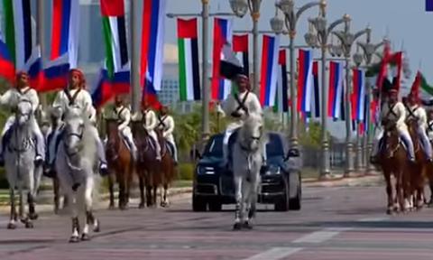 Путина в Абу-Даби встретили конный эскорт и семь истребителей