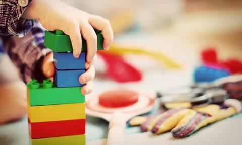 «Δεν πέθανε από πνιγμό» απαντά ο παιδικός σταθμός για το 2,5 ετών αγοράκι (vid)