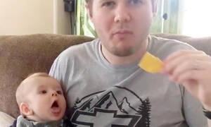 Πολύ γέλιο! Δείτε πώς αντιδρούν αυτά τα μωράκια όταν βλέπουν τους γονείς τους να τρώνε (vid)