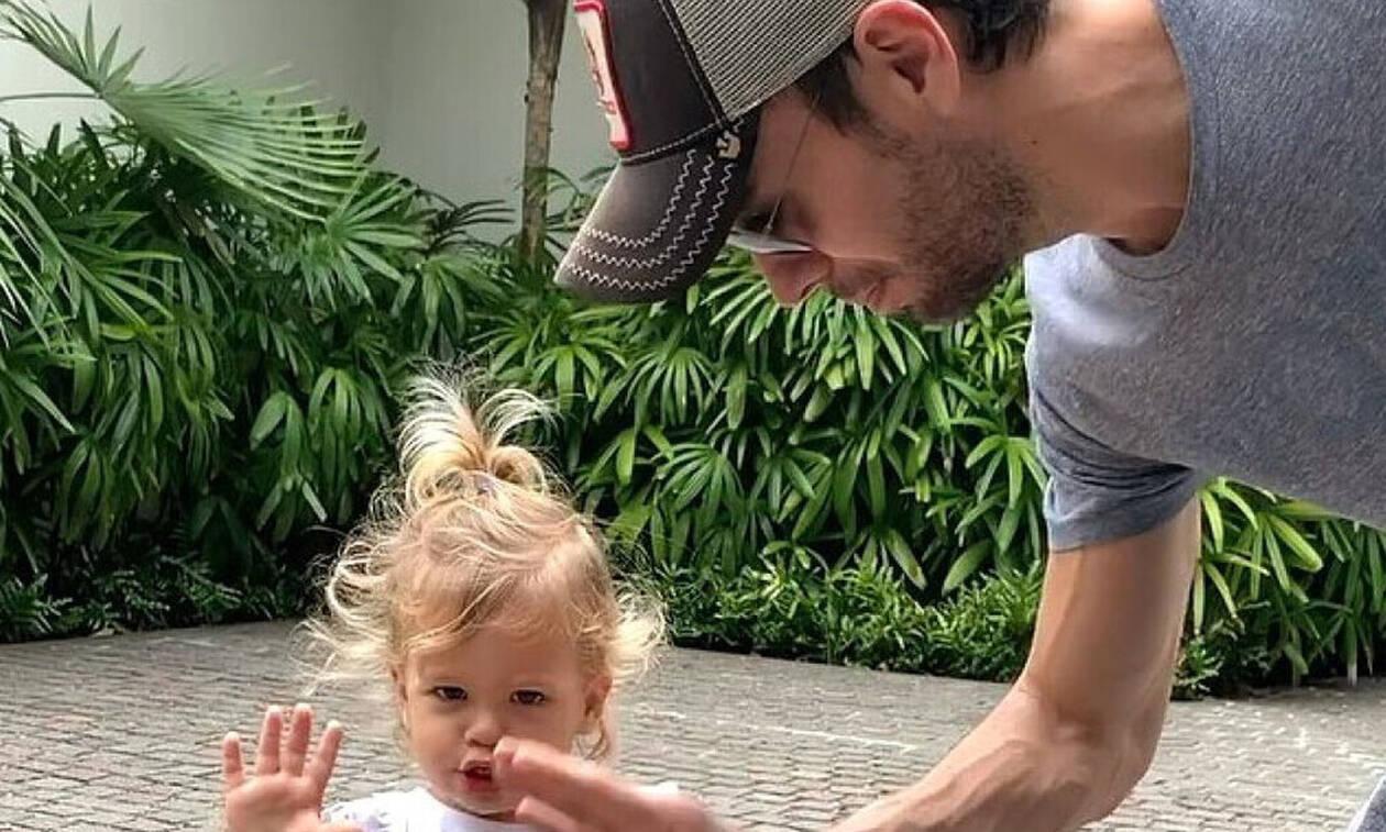 Αξιολάτρευτος: Ο Ενρίκε Ιγκλέσιας παίζει με τα παιδιά του και γίνεται viral! (vid)
