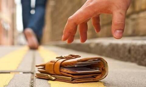 Έχασε το πορτοφόλι του και το βρήκε ένας ξένος - Ο τρόπος που τον ενημέρωσε έγινε viral (pics)