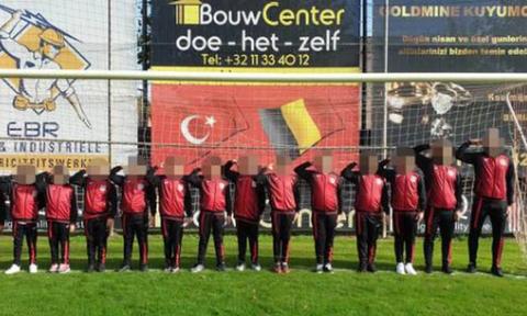 Σάλος: 10χρονα από την Τουρκία κάνουν στρατιωτικό χαιρετισμό (pics)