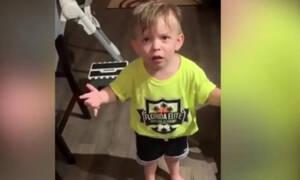 Η μαμά του έφυγε χωρίς να τον φιλήσει και ο 2χρονος γιος της ξεσπά - Δείτε το απολαυστικό βίντεο