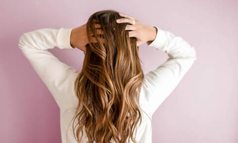Σου πέφτουν τα μαλλιά το φθινόπωρο; 5 tips για να το αντιμετωπίσεις